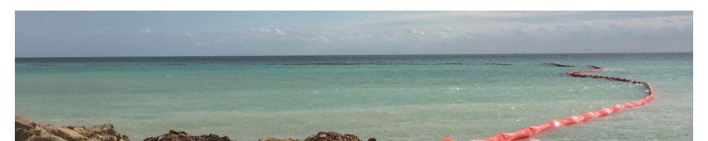 Schwimmkoerper-OElsperre-bei-der-Strandserweiterung-an-der-Costa-Blanca